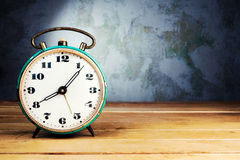 Despertador retro na tabela de madeira Fotos de Stock
