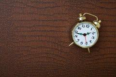Despertador retro na tabela de madeira Imagens de Stock