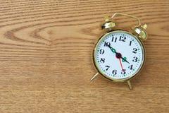 Despertador retro na tabela de madeira Foto de Stock Royalty Free