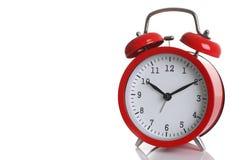 Despertador rojo aislado en blanco Foto de archivo