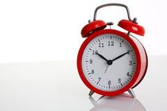 Despertador rojo aislado en blanco Fotos de archivo libres de regalías