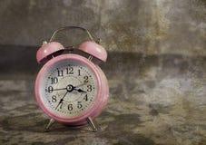 Despertador rosado con el fondo del vintage fotos de archivo libres de regalías
