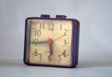 Despertador roxo empoeirado retro da tabela Imagens de Stock Royalty Free