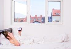 Despertador sin afeitar del control de la cama de la endecha del hombre El horario del sueño del palillo la misma hora de acostar fotografía de archivo
