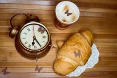 Despertador, um copo descartável do café e Foto de Stock Royalty Free