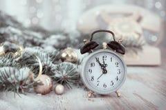 Despertador velho que mostra cinco à meia-noite Ano novo feliz! Fotos de Stock