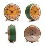 Despertador verde viejo con el dial anaranjado Pintura de la peladura Reloj sucio Fotos de archivo