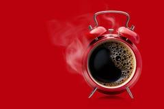 Despertador vermelho com café preto quente imagens de stock