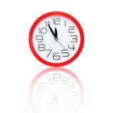 Despertador vermelho que mostra cinco minutos à meia-noite com reflexão Imagens de Stock