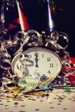 Despertador y decoraciones en la tabla Fotografía de archivo libre de regalías