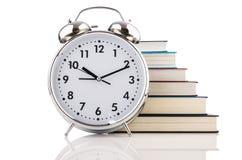 Despertador y libros imagenes de archivo