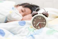 Despertador y niño del sueño foto de archivo
