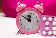 Despertador y píldoras anticonceptivas Fotos de archivo libres de regalías