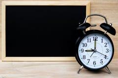 Despertador y pizarra o pizarra para su plan del tablero de la demostración del texto con tiempo y de nuevo a concepto de la escu imagenes de archivo
