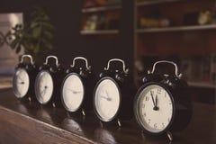 Despertadores retros en la tabla fotos de archivo libres de regalías