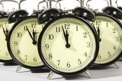 Despertadores retros múltiplos isolados no branco Imagens de Stock Royalty Free