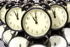 Despertadores retros múltiplos no branco Fotografia de Stock