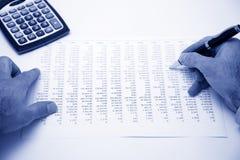 Despesa calculadora do homem de negócios Fotos de Stock