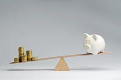 Despesas do dinheiro contra economias do dinheiro Foto de Stock