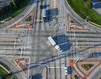 Despesas gerais da interseção do tráfego depois dos sinais Foto de Stock