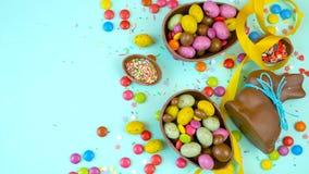 Despesas gerais decadentes do fundo do chocolate da Páscoa feliz com ovos da páscoa e doces vídeos de arquivo