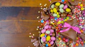 Despesas gerais decadentes do fundo do chocolate da Páscoa feliz com ovos da páscoa e doces filme