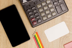 Despesas gerais do smartphone com calculadora em uma mesa Foto de Stock Royalty Free