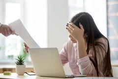 Despido de recepción trastornado frustrado de la sensación femenina del empleado no fotos de archivo