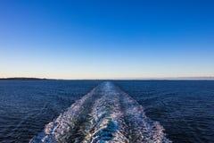 Despierte después del estrecho de la nave adentro lofoten y vesteraalen en Noruega imagen de archivo libre de regalías