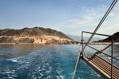 Despierte y tienda un puente sobre el yate en el fondo de la isla Imagen de archivo
