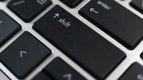 Desplace y entre en los botones en el teclado del ordenador portátil, mayúsculas que mecanografían, edición de textos fotos de archivo libres de regalías
