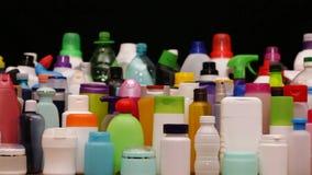 Desplazamiento de la cámara delante de las porciones de botellas plásticas metrajes