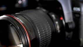Desplazamiento de la lente de cámara con el anillo rojo y el elemento de cristal frontal enorme metrajes