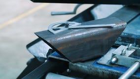 Desplazamiento del disco del prolongador y mentira del billete del metal en la máquina para cortar el metal almacen de metraje de vídeo
