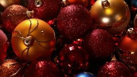 Desplazamiento sobre decoraciones hermosas de la Navidad y luces de Navidad almacen de metraje de vídeo