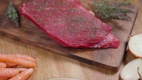 Desplazamiento sobre una carne asada sazonada del hombro del pozo y un filete crudo del ribeye metrajes