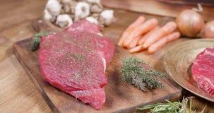 Desplazamiento sobre una composición de la carne cruda y de las verduras metrajes