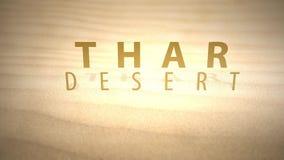 Desplazamiento a través de las dunas animadas calientes del desierto con el texto - desierto de Thar almacen de metraje de vídeo