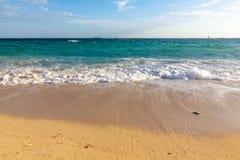 Desplome de la onda del mar en la playa Imagen de archivo