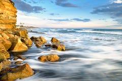 Desplome de las olas oceánicas a lo largo de la costa de California imágenes de archivo libres de regalías