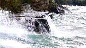 Desplome de las ondas en el lago Superior durante tormenta almacen de metraje de vídeo