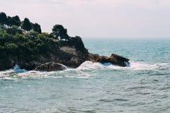 Desplome de las ondas en las rocas Fotos de archivo libres de regalías