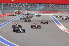 Desplome de Nico Hulkenberg Sahara Force India y de Marcus Ericsson Sauber al inicio de la raza Foto de archivo libre de regalías