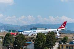 Desplome de Turkish Airlines Airbus en el aeropuerto de Katmandu Fotos de archivo