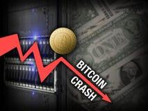 Desplome del precio del bitcoin de la carta en el servidor y dólares de fondo Imagen de archivo libre de regalías