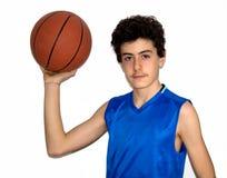 Desportista adolescente que joga o basquetebol Fotografia de Stock Royalty Free