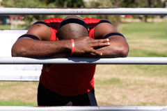 Desportista africano que descansa em barras de parede no parque foto de stock royalty free