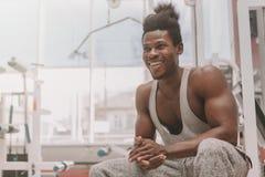 Desportista africano que exercita no gym fotografia de stock