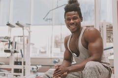 Desportista africano que exercita no gym imagens de stock royalty free