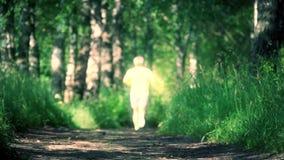 Desportista atlético borrado que corre na floresta vídeos de arquivo